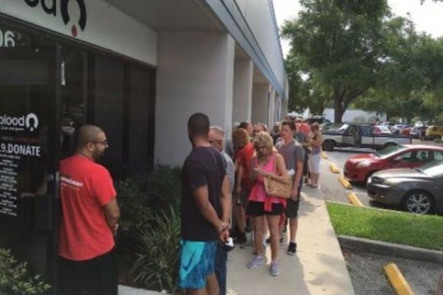 画像1: 6月12日午前2時頃、アメリカのフロリダ州オーランドにあるゲイバー「パルス」で、銃乱射事件が発生し50人が死亡、53人が負傷した。 その後、負傷した人々の血液が足りないという情報が伝わり、多くの人々が献血センターに集まったという。 献血センターの前には長蛇の列ができる この地域の病院によれば現在、輸血用のO型やAB型の血液が足りないため、ドナーらに病院へ来るよりも献血センターへ行くよう要請したという。 その結果、血液センター前には事態を聞き、駆けつけてきた数え切れないほどの人々らが集結。さらに長蛇の列を作って献血を待っている彼らに、情報を提供したり、飲み水を配ったりしているボランティアも現れているそう。 Blood center i [...] irorio.jp