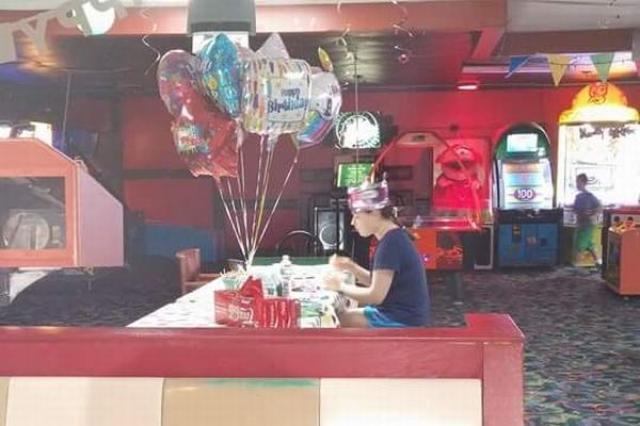 画像1: 先日フェイスブックに投稿された1枚の写真に、多くの人が胸を痛めた。 その投稿がこちら▼ 誕生日会用の装飾が施された会場で、1人うつむく女の子の姿が写っている。 たった1人のバースデーパーティー 彼女の名前はHalleeさん。投稿者はいとこのRebecca Lynさんで、この写真は昨年行われた、Halleeさんの18歳のバースデーパーティーの席で撮られたものだ。 投稿によると、Halleeさんは自閉症だが陽気で優しく、賢い女の子だそう。 18歳の誕生日には友達を招いてボーリングをし、ケーキやアイスクリームを食べるのだと言って楽しみにしていたという。 学校のクラスメイトや近所の友達に招待状を出したものの、誕生日会当日、時間になっても誰1 [...] irorio.jp