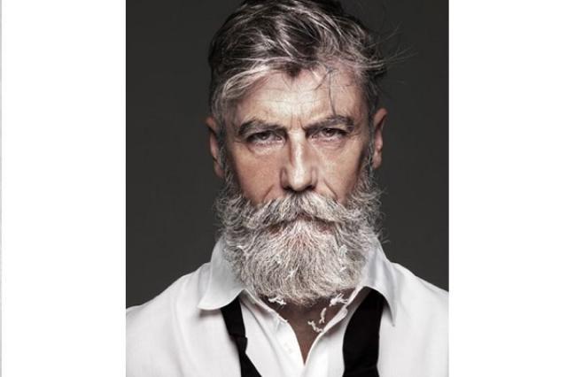 画像1: 夢を持ち続ければいつかかなう...。 そう思わせてくれる60歳の男性が人気になっています。 59歳からモデルの仕事 フランスに住むPhilippe Dumasさんは、1年ほど前、59歳からモデルの仕事を始めました。 Philippe Dumas. Paris. Franceさん(@dumphil)が投稿した写真 – 2015 11月 6 5:23午前 PST 若いころからモデルに興味があったというDumasさん。 しかし法律を勉強したあと、映画や広告業界で働いていたそうです。 面白半分にはやしたひげが好評 転機は60歳を目前にして訪れました。 「たまたま、面白いかなあと思ってひげをはやしはじめたんだ。そしたらみんながいいって [...] irorio.jp