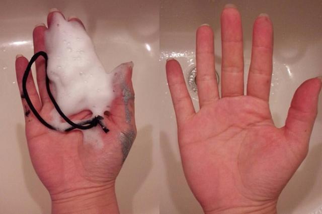 画像1: 手に塗料がついてしまったときの汚れを楽に落とせる裏ワザがスゴいと、Twitterで話題になっています。 ヘアゴムでゴシゴシするだけ! この画像を投稿しているのは、さいこわかちこ★WF☆FGO(@SaikoWakatiko)さん。 塗装の時...うっかりグローブ忘れて手が塗装まみれ... そんな時はハンドソープとヘアゴムを一緒にして手を洗うと簡単にとれるよ! DIYの時なんかにも使えると思うので手が汚れた時はやってみてください!#レイヤーのオススメ商品プレゼン大会 pic.twitter.com/MlgdpvExvn — さいこわかちこ★WF☆FGO (@SaikoWakatiko) 2016年6月13日 コスプレの小道具などに塗装をしていた [...] irorio.jp