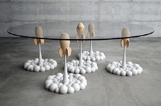 画像1: 見るとクスッと笑わせてくれるデザインのコーヒーテーブルをご紹介します。 キプロスのデザイナーが製作 ギリシャのキプロスをベースに活動しているデザイナー、Stelios Mousarrisさんがデザインした「ロケット・コーヒーテーブル」です。 子どものころからテレビアニメが大好きだったというMousarrisさん。「あのころの気楽な気持ちを表現したくて」このテーブルを作ったそうです。 製作には、昔ながらの旋盤から最新の3Dまで様々な技術を駆使。 足は好きなように配置が可能 足になっているロケットは固定されていないので、好きなように配置することができるといいます。 大きさは120cm×43cm。公式サイトからオーダーできます。 オーダー [...] irorio.jp