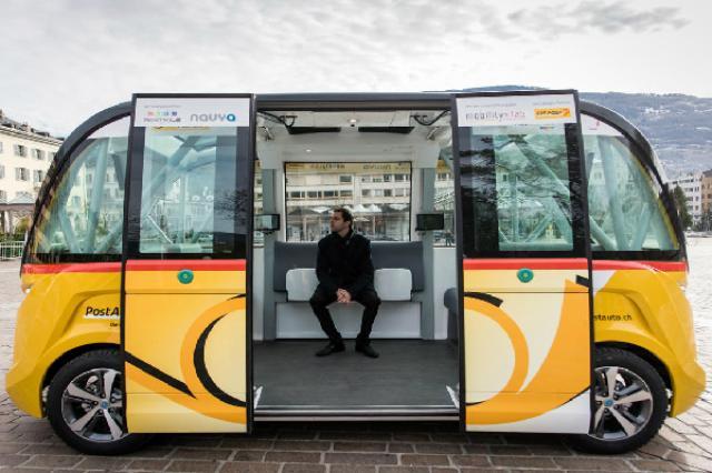 画像1: 世界初、公共交通機関としての自動運転バスSmartShuttleのテスト運行が、スイス南部・ヴァレー州の街シオンで、23日にスタートした。 公共交通機関として、世界初の試み 今回導入された2台の自動走行バスは、フランス企業NAVYAが開発した「ARMA」というモデル。 最大収容人数15人、最高時速45キロの100%電気・自動運転車で、ステレオ・カメラやレーザー計測システム、赤外線、GPSなど最先端のセンサーを搭載、自動走行車として最高の「レベル5」に達しているとのこと。 数か月間にわたるプライベートエリアでのテスト、さらにバッテリーの追加や空調整備、バリアフリー設備などの調整を経て、ハードルの高かった当局の技術的・法的な許可を獲得、 [...] irorio.jp