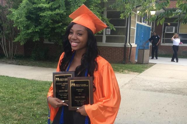 画像1: ホームレスの16歳の女子高生が、優秀な成績で高校を卒業し、大学へ進学することも決まり注目を浴びている。 成績はオール5、奨学金を得て大学へ その女子高生とはDestyni Tyreeさん。彼女は学校での成績がオールAという素晴らしい成績を収め、2年で高校(アメリカでは4年まで)の全課程を修了。 満額の奨学金を得て、ウェストヴァージニア大学のPotomac州立カレッジに入学することが決まった。しかしそこにたどり着くまで、数多くの辛い試練に耐えなければならなかったそうだ。 ホームレスのシェルターで共同生活 というのもDestyniさんの母親は、数年前に失業。家賃の急上昇や生活費の高騰などに苦しめられた結果、家族はワシントンで最も悪名高い [...] irorio.jp