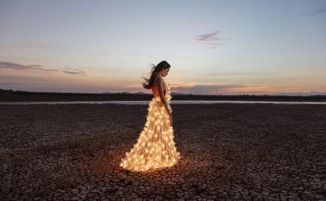 画像: 思わずウットリ♡300個の電球が輝く幻想的なドレス