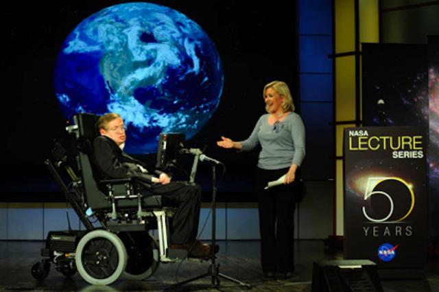 画像1: 車椅子の天才科学者として知られたスティーヴン・ホーキング氏が、今月中旬、スペイン・カナリア諸島で開催された「Starmusフェスティバル」で講演し、人工知能やロボットの行き過ぎた開発競争に警鐘を鳴らした。 AIの進歩が人間に無害とは限らない 科学と芸術の祭典「Stamusフェスティバル」で、ホーキング氏は次のよう発言した。 「AI(人工知能)の進歩が人間に無害とは限らない」 彼は、近年、世界各国でのAI開発競争に懐疑的な目を向けており、TVトークショーに出演した際にも、AIやロボットの行き過ぎた開発を批判した。 「ロボットが自分自身で進化できるようなる時がやがて来る。そこから先は、ロボットの求めることと我々が求めることが、必ずしも同 [...] irorio.jp