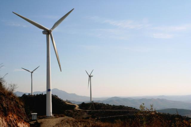 画像1: 今週オタワで行なわれている北米サミットに集まった米国、カナダ、メキシコの首脳が、2025年までに電力の50%をクリーンエネルギーで賄うという目標を公表した。 3国が協力して この目標はそれぞれの国が掲げるものでなく、「3国が協力して成し遂げるもと」とオバマ大統領は米国主要メディアに語った。 その意味で、現在進められている国ごとのCO2排出規制と比べて、より積極的な取り組みであると言える。 カナダはすでに75%がクリーン 現在カナダは、国内の電力の約59%を水力発電で、16%を原子力で賄っている。(CO2を排出しない原子力発電はクリーンエネルギーに分類される)すでに目標の50%を超えているので、他の2国を援助する役割に回ることになる。 [...] irorio.jp