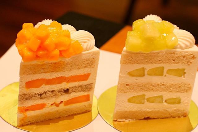 画像1: ホテルニューオオタニ内にある「パティスリーSATSUKI」には、「スーパーショートケーキ」という1ピース1000円以上するケーキがあります。 しかし今回、その「スーパーショートケーキ」のさらに上をいく、「エクストラスーパーメロンショートケーキ」が登場したと聞き、さっそく潜入してきました。 高級ケーキが並ぶショーケースは圧巻! どれも高級感があり1ピース1000円以上するケーキが沢山並んでいます。 その中でも特に目を引くのがこちらのケーキです。 「エクストラスーパーマンゴーショートケーキ」と「エクストラスーパーメロンショートケーキ」。 パティスリーSATSUKIの「スーパーシリーズ」のさらに上を行く「エクストラ」。 お値段は凄いですが [...] irorio.jp