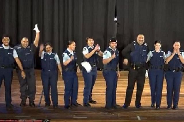 画像1: 本物の警察官たちが若者たちの前で楽しげなダンス・パフォーマンスを行い、話題となっている。 ヒップホップのコンテストに登場 パフォーマンスを行ったのは、ニュージーランドで実際に勤務している現職の警察官たち。彼らはWellington High Schoolで行われた、Hip Hop Unite championshipsという大会にゲストとして参加。 会場にいた多くの人びとから歓声を浴びながら、楽しげなダンスを披露。時間が進むたびに会場は大きな盛り上がりを見せた。 最後はヘッドスピンも披露。 ランニングマンの警察官らが登場 彼らは以前、新人をリクルートするためにランニングマン・チャレンジに参加。動画で見事なダンスを披露し一躍ネットでも [...] irorio.jp