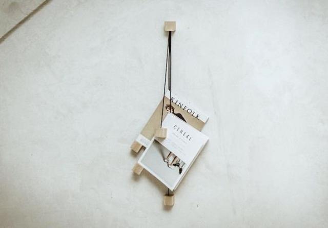 """画像1: 部屋が片付かない原因の一つに、増え続ける雑誌や本の置き場がないことがあげられるでしょう。 テーブルに置きっぱなしにしたり、一杯になってしまったラックに無理やり入れたり。 壁に吊るす収納 そんな中、スペインのインテリアデザイナー、Álvaro Díaz Hernándezさんは、壁に吊るすことを考えました。 「ON」という名のこの""""ラック""""の構造はいたってシンプルです。 一つのキューブに4本の皮ひもがつながれていて、その先にまたキューブ。 その皮ひもを雑誌に挟んでぶらさげるだけ。 かさばらないし、一つを読むのにほかの雑誌を持ち上げて山が崩れて...といったこともなくてすみますね。 素材はブナ材と頑丈な皮ひも。 4つのキューブと、それをまと [...] irorio.jp"""
