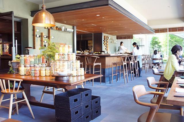画像1: 玉川高島屋S・C南館7Fにある、日本初の冷凍食品レストラン『TOKYO BREJEW HOUSE(トーキョーブレジュハウス)』をご存知だろうか。 同店のコンセプト「保存するための冷凍から、美味しくするための冷凍へ。」の通り、あえて凍らせるという調理法を取り入れたユニークなレストランだ。 一人暮らしの筆者にとって、冷凍は食べきれない料理、使い切れない食材の保存期間を伸ばす手段であるが、このレストランは違うらしい。 二子玉川駅前の好立地 二子玉川駅を降りてすぐ見える玉川高島屋に『TOKYO BREJEW HOUSE』はある。 店の前にいくと、平日の昼にも関わらず多くの人が集まっていた。 そんな活気につられ店内へ。 入り口には、週替りのパ [...] irorio.jp