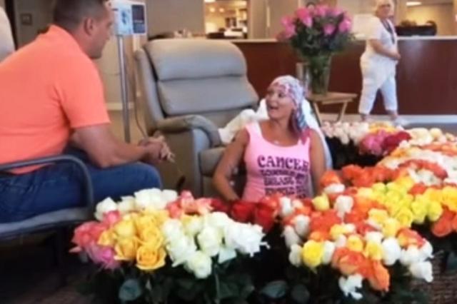 画像1: パートナーからプレゼントされるバラの花束はどんなシチュエーションでも心動かされそうですが、周囲の人の心をも動かした500本の花束が話題になっています。 乳がんの化学療法最終日 40歳のAlissa Bousquetさんは、昨年12月に初めて受けたマンモグラフィの検査で乳がんのステージ2と診断され、化学療法を受けてきたそうです。 そしてこの6月、ついにその化学療法を終える日が来ました。 このあと何度か手術を控えているそうですが、闘病生活の中の大きな一歩です。 夫のBradさんはこう語ります。 「妻の強さ、勇気、ポジティブな姿勢に感動した。化学療法が終わるこの日に何か特別なことをして彼女を祝いたかった」 Bradさんは自分だけでなく、家 [...] irorio.jp