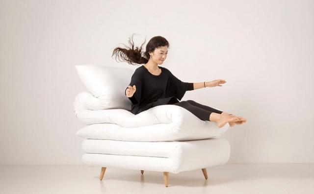 画像: ソファ?それともベッド?布団を重ねたような椅子がおもしろい