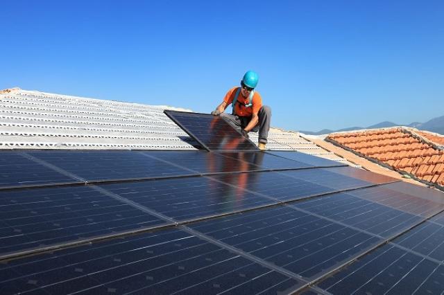 画像1: アメリカのカリフォルニア州で先日、太陽光による発電量の記録が塗り替えられた。 600万世帯分、8030メガワットを記録 これを発表したのは地元の独立系ソーラー運営会社の「ISO」。 彼らによれば7 月12日の午後1時6分、彼らのソーラー発電所で8030メガワットを記録、これは600万世帯分に相当する発電量だという。 もっともその日は非常に厳しい熱波に襲われていたようだが、この発電量は2014年中頃に生み出された量の2倍、2015年5月に記録された最高発電量を2000メガワットも超えるものだそう。 米ではソーラー発電が急成長 カリフォルニア州はアメリカ国内で最も太陽光発電が盛んとされ、発電量は常にトップランク。 しかも昨年さらに大規模 [...] irorio.jp