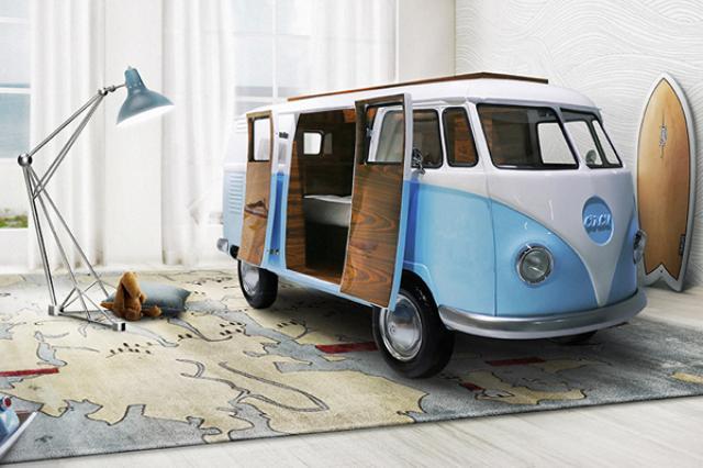 画像1: 既に生産が終了したものの、そのレトロで可愛らしいデザインが人気のワーゲンバス。 このバスを忠実に再現したベッドが登場し、注目を集めている。 「車の中で悠々と寝てみたい」という夢は叶い、家に居ながらにして、いつでもキャンプ気分が味わえると、大人も子どもも胸膨らませること間違いなしである。 パッと見は何の変哲もないワーゲンバス▼ 扉を開ければ中にはベッドが▼ ベッドだけではない。机やミニバーまで備え付けられている。 まるで秘密基地のようだ▼ しかしあくまでもベッドなので、バスは部屋の中に▼ こちらは、子ども用の家具を製作する「Circu」が、ワーゲンバスを模して作ったもの。 その名も「ワーゲンバスベッド(Bun Van bed)」は、「 [...] irorio.jp