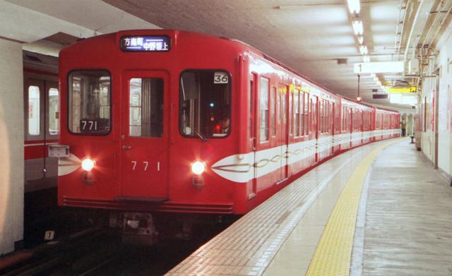 """画像1: 7/11、東京メトロ丸の内線の旧500形車両が、アルゼンチン共和国ブエノスアイレスから里帰りした。 丸の内線の「顔」だった赤いボディ! 500形車両は1957年から製造され、現在の東京メトロが「営団地下鉄」と呼ばれた時代に40年近く""""丸の内線の顔""""として親しまれていた車両だ。 赤いボディに白いサインカーブが施された特徴的なデザインを見て「懐かしい!」と、感じる人も多いはず。 遠くアルゼンチンから里帰りした500形 7/11、赤いボディの500形車両が、横浜港大黒ふ頭に到着した。 実はこの車両、1996年にアルゼンチン共和国ブエノスアイレスに渡り、現地で20年以上活躍していたという。 日本の電車が海外での役割を終え里帰りを果たしたのは [...] irorio.jp"""