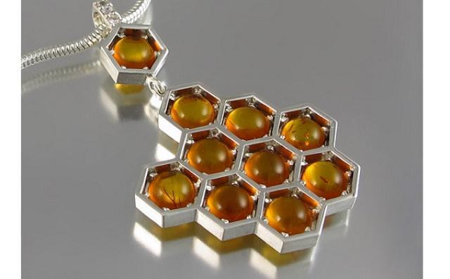 画像: 甘くて美味しそう...!ハチの巣デザインのアクセサリーがステキ