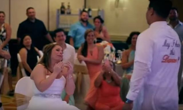 画像1: 海外の結婚式では定番の「花嫁と父のダンス」を撮影したある動画が感動を呼んでいます。 最愛の恋人と念願の結婚 この動画をアップしたのは新郎のダン・ペレスさん。 新婦のシャノンさんはダンさんに出会うまで、なかなか結婚相手が見つからず、付添人を務めてばかりいたそう。 しかしダンさんと恋に落ち、さらにダンさんの2人の息子も家族になることに。 父の出席を心待ちに 結婚式を楽しみにしていたシャノンさん。 特に父親と歩くバージンロード、そして「花嫁と父のダンス」は心待ちにしていたそうです。 でも結婚式前に父親にがんが見つかり、その1ヶ月後に亡くなってしまったといいます。 新郎のTシャツに父の顔が... そんな中、行われたこの結婚式。 式は滞りなく進み [...] irorio.jp