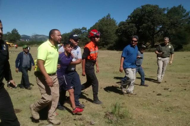 画像1: 山で行方不明になった少年が、偶然出会った犬のおかげで奇跡的に救出されたというエピソードがメキシコで話題となっている。 登山の途中に皆とはぐれ谷へ落下 その少年の名前はJuan Heriberto Trevino君(14)。彼はサマーキャンプに参加してSierra Madre Oriental山脈を登っていたが、途中皆とはぐれてしまったという。 その後、Juan君は薪を探そうと周囲を歩き回るが、不幸なことに足を滑らせ谷に転落。ケガを負い、戻るべき方向も完全に見失ってしまう。 ところがそこへ彼を追っていた、マックスと呼ばれるゴールデンレトリバーが姿を現す。 犬の暖かさで寒さをしのぐ マックスは山の付近に住んでいる人が飼っている犬で、Ju [...] irorio.jp