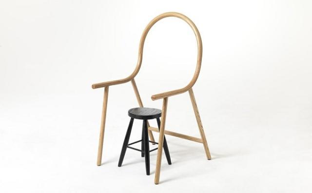 画像: その発想はなかった!!シンプルな丸椅子をアームチェアに変身させる家具がおもしろい