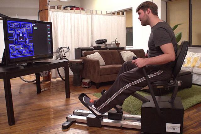 画像1: ローイング(ボート漕ぎ)マシンとステップマシンを組み合わせたように見えるこのマシン、実はゲームコントローラーだ。 名前は「シム・ジム(SymGym)」。これを使ってゲームをやれば、夢中でやるうちに自然と筋肉が鍛えられてしまう。 ゲーム内容に応じて負荷が変わる 一般的なゲームコントローラーのジョイスティックとボタンが、シム・ジムでは足踏みペダルとボート漕ぎのバーに入れ替わっている。 そのペダルとバーにかかる抵抗負荷が、ゲームの内容や場面に応じて自動的に変化するのが大きな特徴だ。 例えばRPGゲームなどで丘を登るとき、プレーヤーは足のペダルを交互に踏まなければいけないが、ペダルにかかる抵抗負荷は平地のときと比べて自動的に重くなるように設 [...] irorio.jp