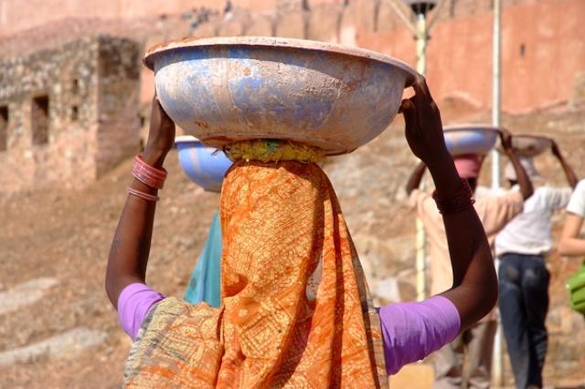画像1: 民族衣装を着て暑さをしのぐユニークなクールビズが行われている。 暑い国の民族衣装で業務 JICAは、開発途上国の民族衣装を着て業務を行う「民族衣装でクールビズ」を実施している。 JICA九州では7月8日~8月12日までの毎週金曜日、インドネシアやベトナムなどアジアの熱帯気候地域や、エジプトやタンザニアなどの民族衣装を着て業務を行っている。 暑さに対する知恵が詰まっている 暑い地域の民族衣装は、暑さに対する知恵が詰まっていて、クールビズに最適。 インドの「パンジャビドレス」やガーナの「バカタリ」などは風通しが抜群で、節電対策にピッタリだとか。 外国を「肌で感じる」効果も 民族衣装でクールビズは、JICA中部やJICA関西等でも実施。 [...] irorio.jp