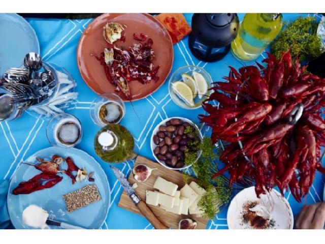 画像: 真っ赤なIKEAのザリガニに乾杯!スウェーデン流の夏の夕べはキャンドルを灯しながらザリガニパーティー!?