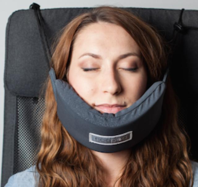 """画像1: 飛行機や車で移動中に眠るとき、どうしていますか? ネックピローなど様々なものが出回っていますが、この「NodPod(ノッドポッド)」は秀逸です。 頭の""""カクン""""を防止する 乗り物で座って眠るとき、できれば避けたいのが前にカクンと頭が倒れてしまう、または横に倒れてしまうことでしょう。 その点、小さいハンモックのようなこのパッドは眠っている間顔を支えてくれますから安心です。 使い方は、まず本体の中から内蔵のコードを引きだします。 コードを座席にひっかけて、部品を引き締めて座席に固定します。 最後に""""ハンモック""""部分の高さを調節して準備完了。 また、低反発の本体はコンパクトなので、もち運びにも便利です。 飛行機の座席に取り付ける際は、後ろ [...] irorio.jp"""
