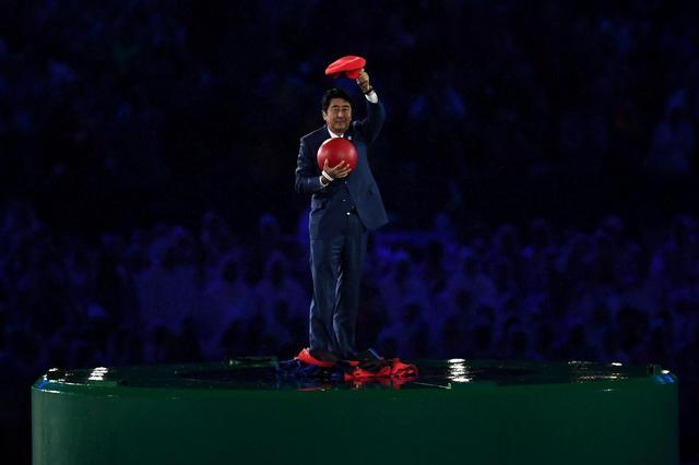 画像1: オリンピックの見どころと言えば、選手たちの奮闘のほかに、開会式や閉会式の演出もあげられる。リオ五輪閉会式では、次の開催地である東京をPRするパフォーマンスが行われたのだが、その中で安倍首相がマリオとして登場して話題になった。 そんな「安倍マリオ」に驚いたのは、もちろん日本人だけではない。ツイッター上には次々と海外からの声が挙げられている。 有名アカウントからもこんな声が ▼「安倍首相のマリオ姿が、オリンピックで最高の登場だったに違いない!」 Japanese Prime Minister @AbeShinzo as Mario was probably one of the most epic entrances in the Ol [...] irorio.jp