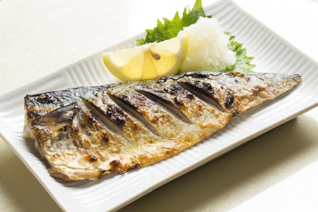 画像1: 日本が世界会議で「サバの漁獲量規制」を提案した。 国際会議で提案 海洋生態系の保護などを話し合う国際会議「第2回北太平洋漁業委員会」が24日から開催されている。 そこで日本が「サバの漁獲量」規制を提案。マサバの漁獲量を算定し、新たな保存管理措置が取られるまでの間、漁船の急増を抑えるように求めた。 「マサバ」はようやく回復基調に マサバは日本で大衆魚として古くから親しまれてきたが、漁獲量は70年代をピークに減少を続け90年前後には最低水準に。 日本は小型魚の漁獲率を低下させるなどの資源管理対策を行い、ようやく近年、資源数が回復基調となった。 中国漁船が急増 しかし近年、三陸や北海道沖など、日本の排他的経済水域を少し外れた公海でマサバを [...] irorio.jp