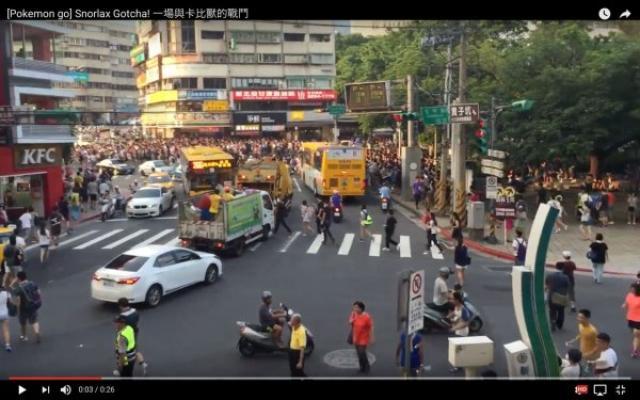 画像1: 世界中の街という街がポケモントレーナーで溢れかえる日々ですが、台湾でポケモンGOのレアキャラである「カビゴンが出現した!」という情報を元に数千というポケモントレーナーが一斉に移動する様子がYouTubeで公開されています!台湾のトレーナー達は信号をちゃんと守ってプレイしていますね、流石です! The post ポケモンGOのカビゴンが台湾で出現するとこうなる!ものすごい数のポケモントレーナーが一斉に集まっていきます appeared first on Spotry.me. spotry.me
