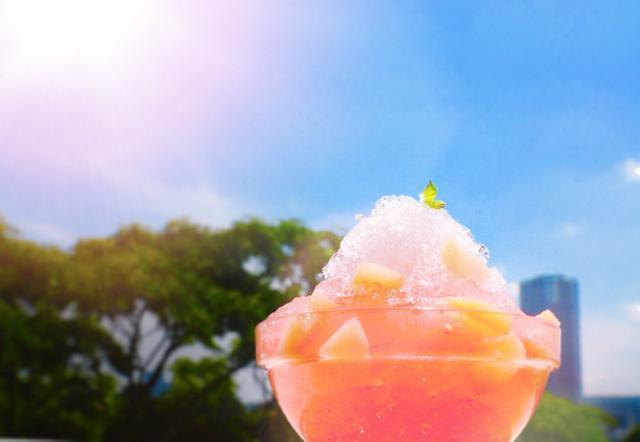 画像1: 東京藝術大学の文化祭「藝祭」は学生が作ったとは思えない神輿が披露されるなど定評があり、以前IRORIOに掲載した際も大きな反響があった。 神輿がスゴイのは今に始まったことではないが、今年は発売前から注目を集めるかき氷店がある。デザイン学科の1年生が主催して作るかき氷店「雪ヶ嶋」だ。 IRORIO編集部はメニューについての製作秘話などを広報担当者の山科ティナ氏に詳しく聞いてみた。 9月に楽しめるメニューを Q1:模擬店は学科内でどのように決定しているのですか? 去年はタピオカドリンク、一昨年にはかき氷など、9月の残暑には涼めるメニューが人気というのを参考に、デザイン学科45人にアンケートをとり、皆の解答をもとに決定しました。 Q2:今 [...] irorio.jp