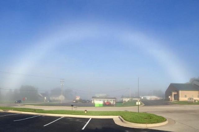 画像1: 霧虹(白虹)と呼ばれる幽霊のような珍しい虹が、アメリカで撮影され話題となっている。 画像をネットに投稿して正体が判明 この姿が捉えられたのはミズーリ州のNew Havenという場所で、撮影したのはワシントン郡に住むカメラマンのTammi Elbertさん。 彼女によれば8月22日に、薄く広がった霧の中をドライブしていると、目の前にぼんやりと虹のようなアーチが見えたという。 その後、Elbertさんは車を脇へ寄せて撮影。画像を自身のフェイスブックやツイッターに投稿したそうだ。 すると友人から連絡があり、撮影したものが「霧虹(白虹)」であると判明。しかもそれが非常に珍しいものだと教えられたとか。 ElbertさんはABCの取材に対し「最 [...] irorio.jp