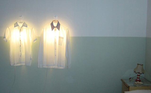 """画像: 着せ替えできる照明!?現代アートみたいな""""ハンガーランプ""""がオシャレ"""