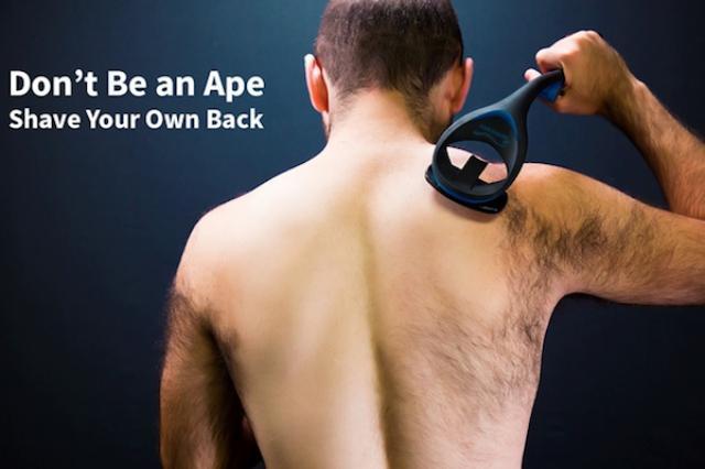 画像1: 背中の体毛が気になる人は少なくないはず。 しかし、背中の毛の処理は結構大変だ...自分ひとりではなかなか出来ない。 そんなところに、自分で簡単に背中の毛を剃れるシェーバーが開発されたとのニュースが入った!これはありそうでなかった発明だ。 どの部位にもフィットするデザイン 「baKblade」(おそらくバックブレードと読む)と名づけられたこのシェーバー。 その1番の特長は、長いS字のハンドルにある。 人間工学的にデザインされたこのハンドルは、カミソリの刃が背中のどんな部位にも届くように設計されている。 なので、肩や肩甲骨、お尻の上の方まで刃がフィットして、きれいに剃れるという。 取り外して洗える2枚刃のヘッド 取り外しができる2枚刃のヘッ [...] irorio.jp