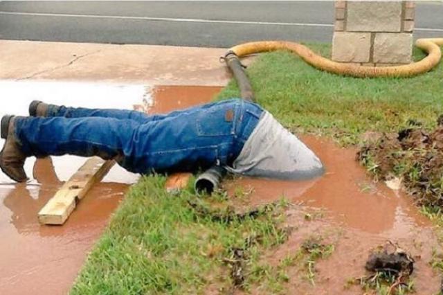 画像1: 懸命に配管の修理をしている作業員の姿を捉えた1枚の写真が、アメリカで話題となっている。 フェイスブックに投稿後、一躍話題となる この写真が撮られたのはテキサス州のフッド郡。撮影したのはその街に住むAndrea Adamsさんだ。 彼女は1週間前に、家の前にある車道の脇から大量の水が噴き出し、辺り一帯が水浸しになっているのを目撃。 さらに作業員がそれを食い止めようと穴に溜まった泥水に上半身を沈め、配管を修理している姿に感銘を受けて撮影したという。 Seriously? Acton Municipal Utility District employees are dedicated. #employeeofthemonth Photo [...] irorio.jp