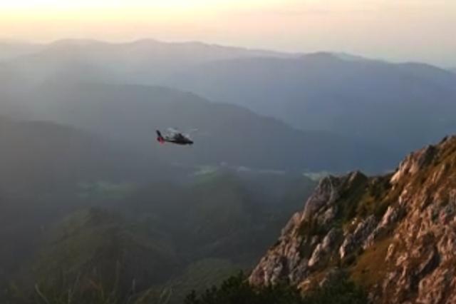 画像1: 救助のプロが操縦するヘリコプターも近づけない断崖絶壁にいる遭難者を、民間ヘリのパイロットが志願して、見事に救出するという出来事がルーマニアであった。 救助隊ヘリが諦めた救助 遭難したのは44才の女性登山者。ルーマニア・カルパティア山脈の断崖絶壁を30m滑落し、標高2,000mの場所でひどい怪我を負って動けなくなっていた。 ルーマニアの山岳救助隊ヘリがさっそく出動したが、遭難者がいる場所は垂直に切り立った崖の途中。 ヘリが近づきすぎてプロペラ(ローター)が崖に触れれば、墜落の危険もある。しかも、谷底からの風が吹き上がっており、ヘリの安定を保つのが非常に難しい。 救助隊ヘリのパイロットは、遭難者の近くを1時間旋回し続けたが、ついに救助を [...] irorio.jp