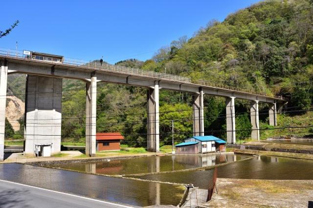 画像1: 「三江線」の廃止が表明され、衝撃が広がっている。 9月末までに「廃止届」を提出へ JR西日本は1日、広島県の「三次市」と島根県の「江津市」を結ぶ108.1キロメートルのローカル線「三江線(さんこうせん)」鉄道事業を廃止すると表明した。 社内手続きを経て、9月末までに鉄道事業の廃止届け出すという。 1975年全線開通のローカル線 三江線は1975年(昭和50年)に全線開通。 国鉄の分割民営化により、1987年(昭和62年)にJR西日本が事業を引き継ぎ。昨年9月には、全線開通40周年記念行事が行われた。 利用者が9分の1に 三江線は道路整備やマイカーへのシフトなどで利用者が減少しており、2014年度には輸送密度が1日あたり50人と会社発 [...] irorio.jp