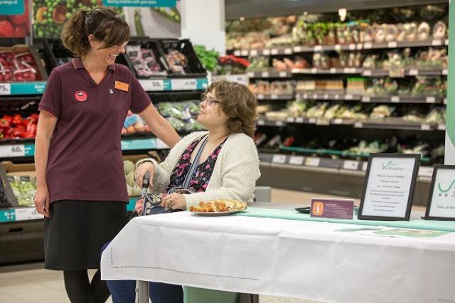 画像1: イギリスの大手スーパーマーケットが、高齢者や体の不自由な人のためにゆっくり買い物ができる時間帯、「スローショッピング」を試験的に導入し、話題となっている。 毎週1回、ゆっくり買い物ができる そのスーパーマーケットとは、イギリス全土に約1300店舗を展開している「Sainsbury's」。 彼らはNewcastle-upon-Tyneという町にあるGosforth店において、認知症などを患った高齢者や体の不自由な人でもゆっくり買い物を楽しめる時間帯を設定。 毎週火曜日の午後1時から3時までの間、困った時でもすぐに従業員が対応するサービスを提供している。 買い物を手伝い、ヘルプデスクも設置 具体的にはまず従業員が高齢者を入口でお出迎え。 [...] irorio.jp