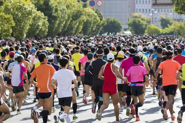 画像1: 「東京マラソン2017」の倍率が明らかになった。 倍率、約12.2倍 東京マラソン財団は1日、2017年2月26日に開催される「東京マラソン2017」一般募集のマラソン申込者数が過去最高の32万1459人だったと発表した。 倍率も約12.2倍と過去最高。 抽選結果は9月16日以降に通知される。 受付開始日に枠を超える申し込み 東京マラソン2017の一般エントリー受付は8月1日に始まった。 10時から受付を開始したところ、先着順ではないにも関わらず多くの申し込みが殺到し、その日のうちに定員を超過。 東京マラソン財団は受付開始日の1日のうちに「抽選になることが決定した」と発表した。 「新コース」で倍率が上がった? 東京マラソン2017の [...] irorio.jp