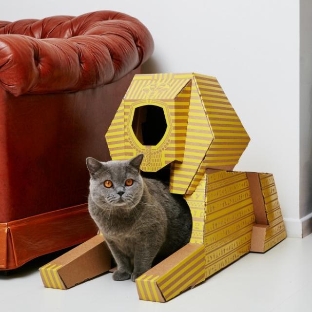画像1: 箱が大好きな猫たちの愛らしい姿はインターネットでも人気ですね。 ただ、あの無機質な段ボール箱をリビングに置いておくのはインテリアとしてちょっと...と感じているかたもいるかもしれません。 そこで、デザインも楽しめるニャンコ用段ボールハウスをご紹介します。 世界の観光名所を再現 猫グッズを製造、販売しているオランダのデザインスタジオ「POOPY CAT(プーピー・キャット)」が販売しているこちらの段ボールハウスは、世界各国の観光名所を再現したもの。 エジプトのスフィンクス、フランスのエッフェル塔、アメリカのホワイトハウスなど7種類があります。 エッフェル塔の内部におやつが入れられる小さな箱が吊るされているなど、遊び心のあるデ [...] irorio.jp