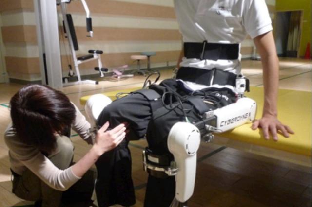 画像1: ついに「ロボットスーツ」の保険診療が始まった。 ロボットスーツで難病を保険治療 国立新潟病院と国立徳島病院で今月、ロボットスーツ「HAL®医療用下肢タイプ」を利用した難病患者の保険治療が始まった。 下腿と足の筋萎縮と感覚低下を起こす10代の女性や四肢の筋力低下や筋萎縮や球麻痺を起こす50代男性など神経・筋難病患者の治療にHALを活用する。 装着者の意思に従って動く ロボットスーツ「HAL」は緩徐進行性の神経・筋疾患の進行抑制治療を目的とする世界初の装着型ロボット治療機器。 装着者が体を動かそうとした時に発生する微弱な生体電位信号を皮膚から検出してパワーユニットを駆動し、装着者の動作意思に沿った動作が実現する。 今まで治療法がなかった [...] irorio.jp