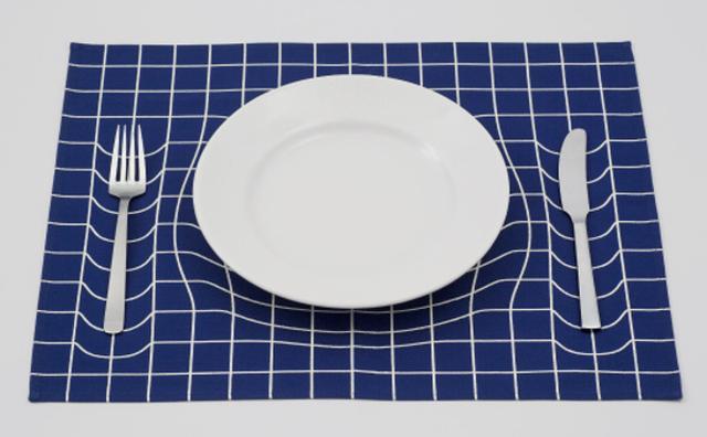 画像: お皿が沈んでる...?だまし絵みたいなランチョンマット