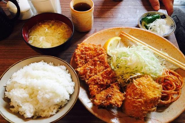 画像1: 東京・秋葉原で51年間営業してきた老舗とんかつ店「とんかつ冨貴(ふき)」が9月28日に閉店となります。 「とんかつ冨喜」はアニメ「ラブライブ!」にも登場し、ファンにとっては聖地ともされてきました。 過去には金銭トラブルなどから一時閉店、ツイッターアカウントも9月16日に閉鎖するという騒動もありましたが、営業はそのまま継続されるものだと思われてきました。 9月28日の閉店を知った人たちが11時半の開店直後から連日行列を作るように。 明日で閉店される、とんかつ「冨貴」さん、30人以上並んでる。13:10#akiba pic.twitter.com/nzQTnsPhss — あすたりすく (@akiba_asterisk) 2016年9月 [...] irorio.jp