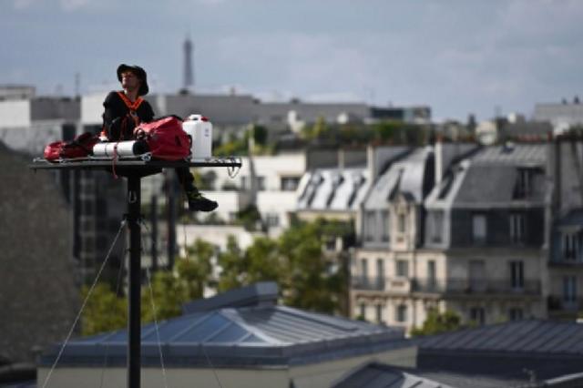画像1: 2002年から、パリで10月の第一土曜日に行われている現代アートの祭典「Nuit Blanche(白夜)」。 夜通し美術館巡りや多彩な企画が楽しめる人気イベントに先駆けて、リヨン駅で始まったパフォーマンスがパリっ子を驚かせている。 20mの高さで5日間生活 リヨン駅そばに立てられた20mもの高さの鉄柱の先にある、わずか90cm x 160cmの鉄板。 その目の眩むようなスペースに、アーティストAbraham Poinchevalさんがリフトで上って行く。 「Nuit Blanche」が始まる10月1日まで5日間、柵も囲いもないスペースに、安全ベルトでつながれたまま寝起きするパフォーマンスに挑戦する。 乾燥食品と水20リットル Asc [...] irorio.jp
