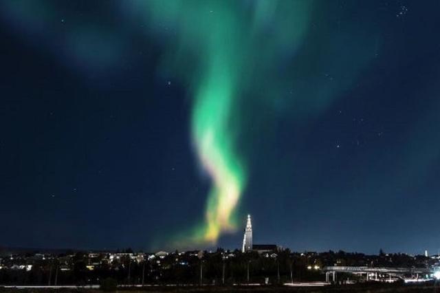 画像1: 人々にオーロラをより楽しんでもらうため、アイスランドで街の光を消すという大胆な試みが行われた。 住民にも家の電気を消すよう求める これを実施したのは、首都にあるレイキャヴィク市議会。 彼らは観光客だけでなく地元の人々にも、オーロラがより見やすくなるよう午後10時から午後11時まで、ゆくゆくは深夜まで街灯など街の光を消すことを計画。 住民にもできるだけ家の電気を消すようお願いし、ドライバーには運転する際に十分注意するよう呼びかけたという。 暗闇にオーロラが浮かび上がる そして今週の水曜日、オーロラが現れると予想された日に計画が実施された。 すると暗闇に包まれた首都の上空に美しいオーロラが浮かび上がり、多くの人が魅了され写真に収めたとい [...] irorio.jp