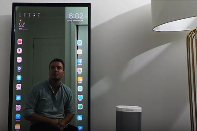画像1: 部屋の鏡がそのままiPhoneのタッチスクリーンになる。それが「アップル・ミラー」だ。 デザイン的にもクールだし、大きなiPhoneがいつも壁に掛かっていることになるので便利そう。 開発したのはラファエル・ディメクというニューヨークの若手ウェブデザイナーだ。 鏡全体がタッチスクリーンに 「アップル・ミラー」は、iPhoneの最新OSであるiOS 10に合わせてデザインされている。 鏡(画面)の右上には日付と時間。左上は天気や気温の表示だ。 鏡の全面がタッチスクリーンになっているので、操作は普通のスマホとまったく同じ。 アイコンをタップすればアプリがスタートする。 アイコンをドラッグして別の位置に移すこともできる。 また、45秒間操作 [...] irorio.jp