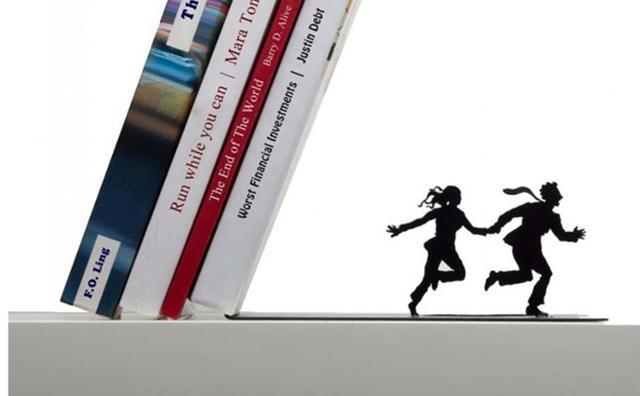 画像: 「に、逃げろ~!!」今にも本が倒れてきそうなブックエンドがユニーク
