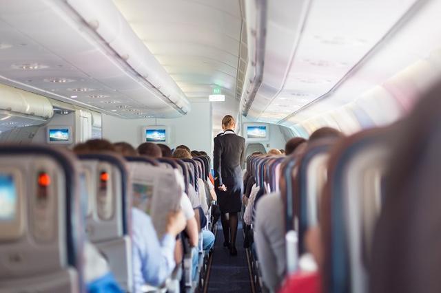 画像1: JALの客室乗務員が着用している「都道府県バッジ」が話題となっている。 47都道府県バッジ 日本航空(JAL)の国内線で7月から、客室乗務員が47都道府県をデザインしたバッジを着用。 「気になる都道府県のバッジを見つけたら、気軽にお声がけください」と呼び掛けている。 「会話を楽しんでほしい」という思いから生まれた 都道府県バッジは「機内でお客様と共通の話題でもっとお話ししたい」「ご当地話でお客様に会話を楽しんでいただきたい」という客室乗務員の思いから生まれた。 バッジを付けた客室乗務員と会話した人は「都道府県シール」をもらえるという。 出身地など、それぞれに縁のある都道府県のバッヂを着用している。 客やスタッフ同士の会話が弾むように [...] irorio.jp