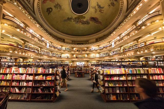 画像1: もともと劇場だった建物を利用して作られた、豪華絢爛な書店があるのをご存知だろうか。 タンゴの演奏などを行っていた劇場 その書店とはアルゼンチンのブエノス・アイレスにある「El Ateneo Grand Splendid」。 Wikipediaによれば、この建物は1919年5月に興行主のMax Glücksmann氏のために建てられ、「Teatro Gran Splendid」と名付けられて劇場としてオープンしたという。 天井にはイタリア人画家の手によるフレスコ画が描かれ、柱にも素晴らしい彫刻の装飾が施されたそうだ。 劇場のキャパシティは1050席。ここではアーティストらによるタンゴの演奏など、さまざまなパフォーマンスが行われたとされ [...] irorio.jp