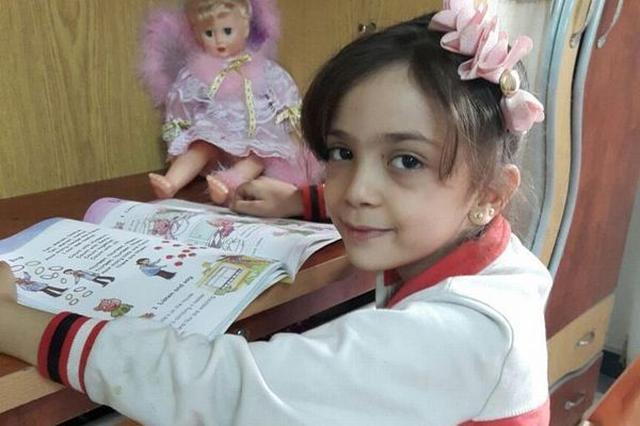 画像1: 依然内戦が続くシリア。 北部の都市アレッポも例に漏れず、街は戦火に見舞われ、市民は日々恐怖に震えている。 7歳の少女が空爆の恐怖をツイート 7歳の少女Bana Al-Abedちゃんは、現在も家族と一緒にアレッポで暮らしており、戦時下のこの街に於ける自身の現状について、母Fatemahさんと共に逐一ツイートを続けている。 毎晩続くという空爆についてはこんなツイートを。 Bomb bomb bomb...we don't know if we will die tonight, please please pray for us, I promise I keep tweeting the whole night- [...] irorio.jp